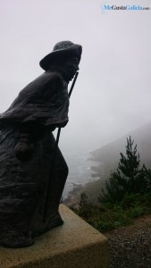estatua peregrino finisterre